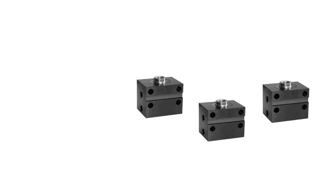 Blockzylinder aus Stahl mit Querbohrungen und Quernut (Rohrgewindeanschluss)