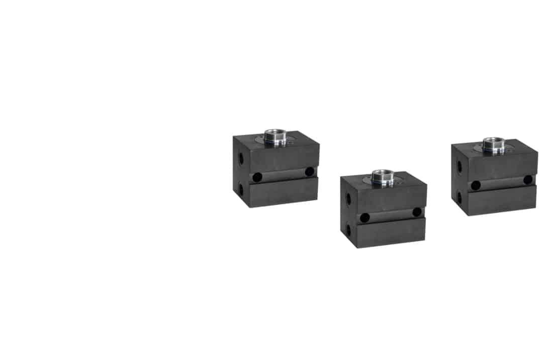 Blockzylinder aus Stahl mit Querbohrungen und breiter Quernut (Rohrgewindeanschluss)