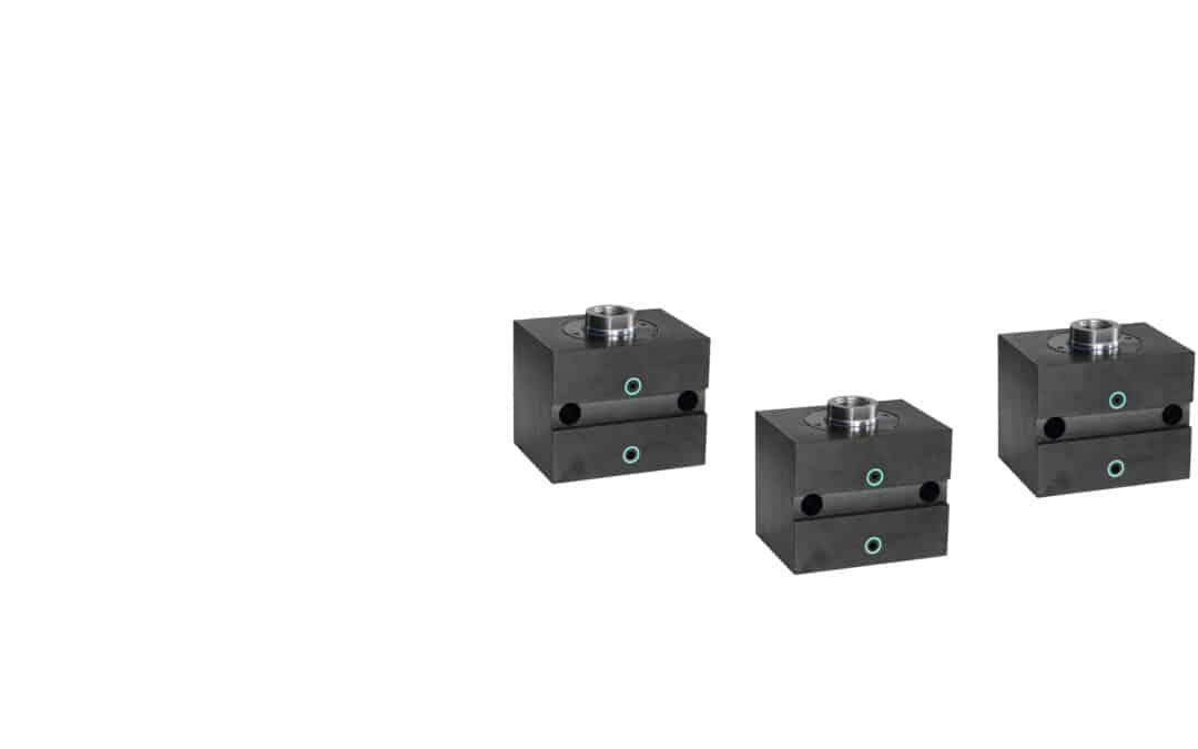 Blockzylinder aus Stahl mit Querbohrungen und breiter Quernut (Flanschanschluss Breitseitig)